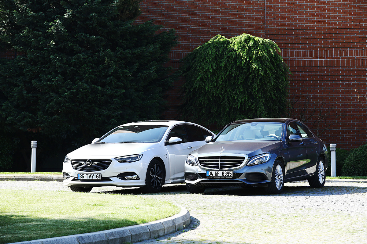 Opel Insignia ve Mercedes C Serisi otostil karşılaştırmasında