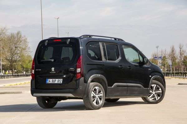 Aslında binek bir otomobil olan Peugeot Rifter'ı test ettik